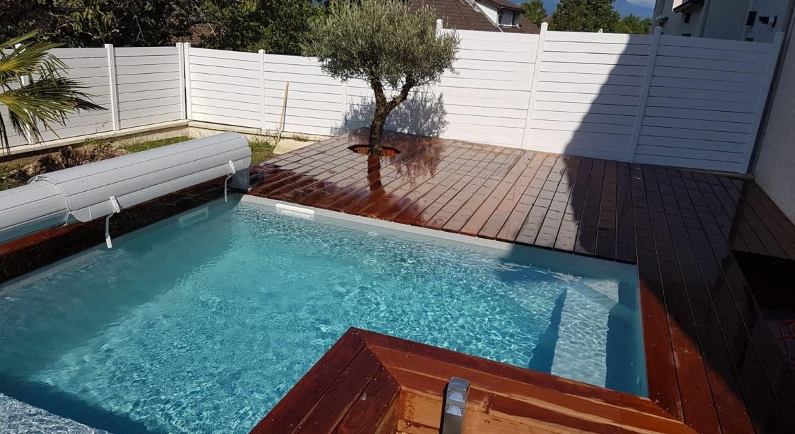 petite piscine dans un petit jardin